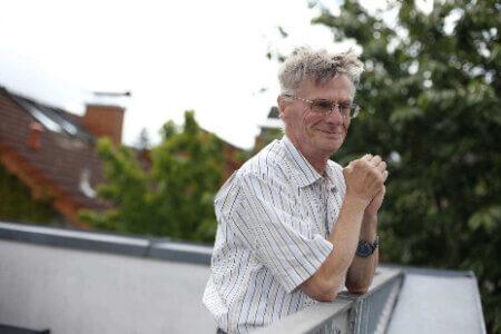 Ein Mann, der auf einer Dachterasse steht