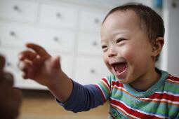 Kleiner Junge der lacht
