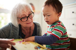Eine Dame, die mit einem jungen Kind spielt