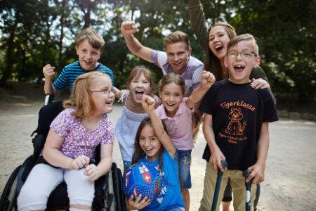 Gruppe von Kindern, die sich freuen