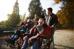 Gruppe von Menschen mit Beeinträchtigung bei einem ausflug in den Park