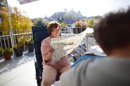 Dame, die Zeitung liest