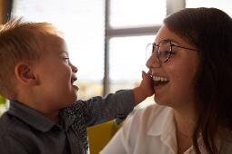 Mutter, die mit ihrem Kind lacht