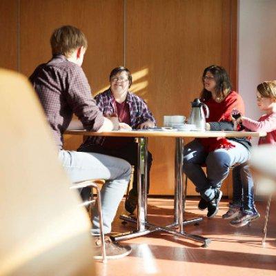 Menschen, die am Tisch sitzen